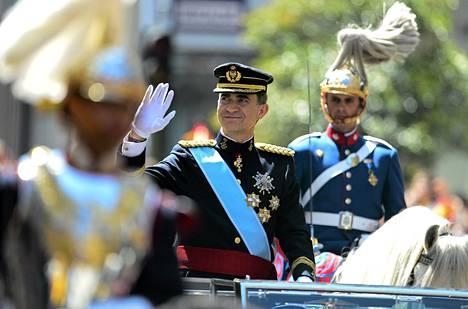 Kuningas Felipe vilkuttaa yleisölle.