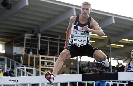 Topi Raitanen 3000 metrin estejuoksussa Kalevan kisoissa viime kesänä.