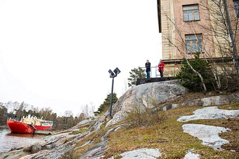 Valtio aikoo myydä kokonaisen saaren Helsingin keskustan tuntumasta. Kuvassa Senaatti-kiinteistöjen Elias Rainio ja Jenna Kiukkonen.