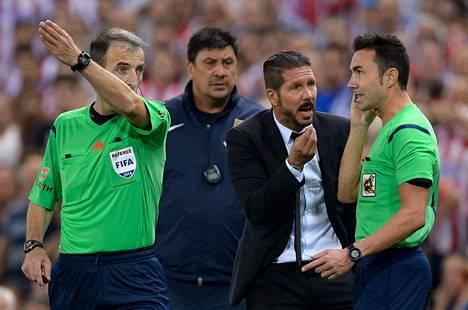 Diego Simeone kävi kuumana Super cupin ottelussa.