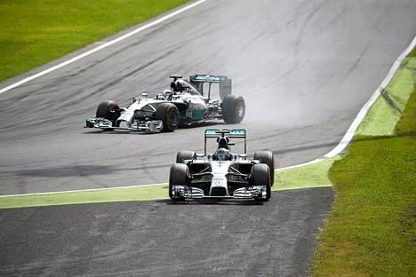 Mercedeksen Lewis Hamilton siirtyy johtoon, kun tallikaveri Nico Rosberg ajautuu radalta sivuun toisen kerran kisan aikana.
