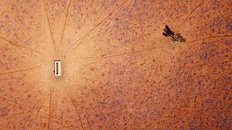 AUSTRALIAN KUIVUUS. Australiassa on ollut jo useana vuotena peräkkäin poikkeuksellisen kuivaa, mikä on aiheuttanut laajoja maastopaloja sekä tuhoja eläimille ja viljelyksille. Karrellekuivunutta maastoa eläinten juottopaikan lähistöllä Uudessa Etelä-Walesissa talvella heinäkuussa 2018.