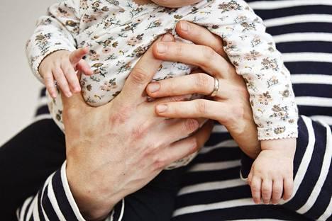Myös moni isä kärsii synnytyksen jälkeisestä masennuksesta.