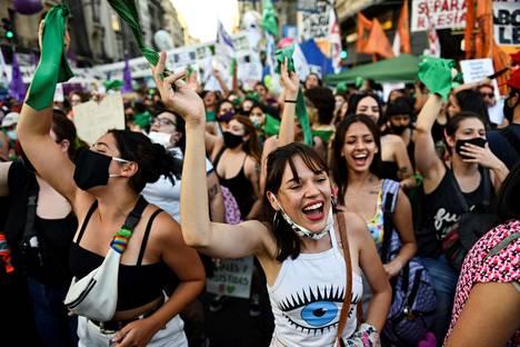 Aborttioikeuden kannattajat iloitsivat keskiviikkona Buenos Airesissa Argentiinassa.