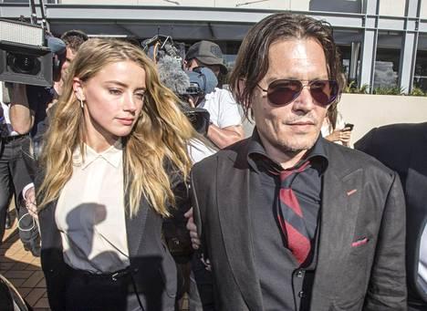 Näyttelijä Johnny Depp ja hänen vaimonsa Amber Heard saapuivat oikeuden kuultaviksi maanantaina Southportissa Australiassa.