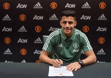 Alexis Sanchez allekirjoitti maanantaina sopimuksen Manchester Unitedin kanssa.