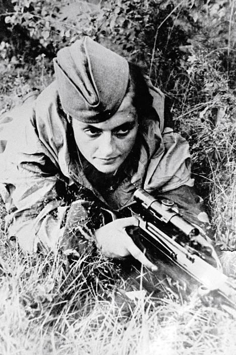 Puna-armeijan tarkka-ampuja Ljudmila Pavlitšenko tappoi toisessa maailmansodassa yli 300 saksalaissotilasta. Kirjan kuvitusta.