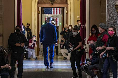 Republikaaniedustaja John Katko käveli kongressirakennuksessa edustajainhuoneen äänestyksen jälkeen. Katko on yksi niistä kymmenestä republikaanien edustajasta, jotka äänestivät presidentti Donald Trumpin virkarikossyytteen nostamisen puolesta.