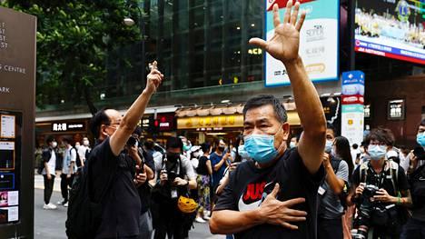 Demokratia-aktivistit osoittivat mieltä Hongkongissa 1. lokakuuta. He vaativat merellä kiinni otettujen aktivistien vapauttamista.
