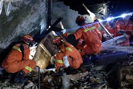 Romahtaneen rakennuksen raunioista etsittiin eloonjääneitä Yibinissä.