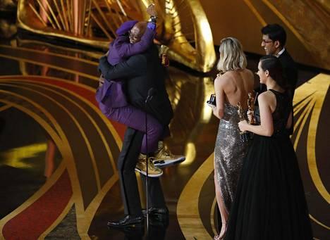 Spike Lee hyppäsi Samuel L. Jacksonin kaulaan voitettuaan parhaan sovitetun käsikirjoitukset Oscarin.