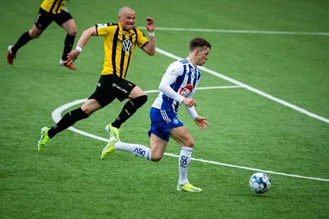 Riku Riski karkaa maalintekoon ja tekee HJK:n voittomaalin 3 - 2. FC Hongan Heikkilä on myöhässä.