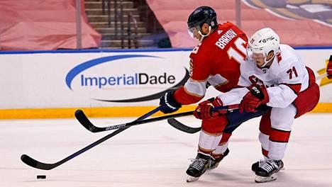 Aleksander Barkov piti kiekkoa Carpolinan Jesper Fastin häirinnästä huolimatta maanantai-illan ottelussa.