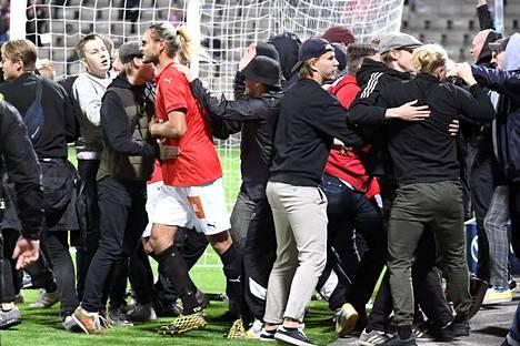 HIFK:n kannattajat ryntäsivät kentälle juhlimaan 4–3-maalia pelin ollessa kesken.