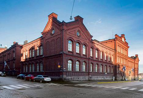 Jos sotamuseolle löytyy uusi paikka, Liisan- ja Maurinkatujen kulman kaksi 1880-luvun rakennusta voivat siirtyä siviilikäyttöön. Valmistuessaan kasarmit olivat uudenaikaisia, sillä niissä oli keskuslämmitys.