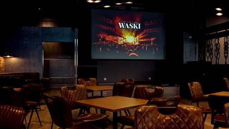 Pub Waskiin tulee perjantaina vain muutamia ihmisiä esiintymään, mutta yleisö on kotisohvillaan älypuhelimien kanssa. Yhteislaulu koittaa kello 21.