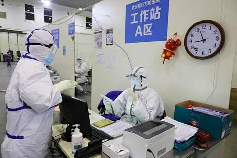 Suoja-asuihin pukeutunutta terveydenhuollon henkilökuntaa Wuhaniin perustetussa väliaikaisessa sairaalassa 15. helmikuuta.