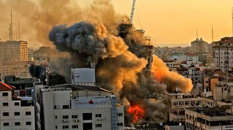 Israel pommitti maan tasalle Al-Shuruk-tornitalon Gazassa keskiviikkoiltana.