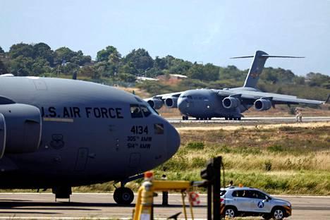 Yhdysvaltain ilmavoimien Venezuelaan tarkoitettuja avustustarvikkeita kuljettaneet lentokoneet laskeutuivat Cucutaan Kolumbiaan lauantaina.