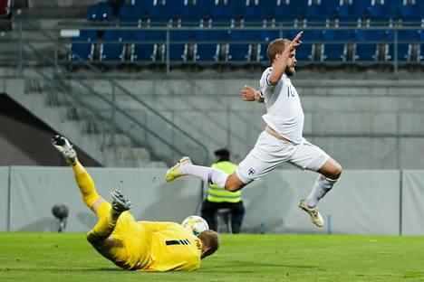 Liechtensteinin maalivahti Thomas Hobi ehti palloon ennen Teemu Pukkia viime kesäkuussa Vaduzissa pelatussa EM-karsintaottelussa.