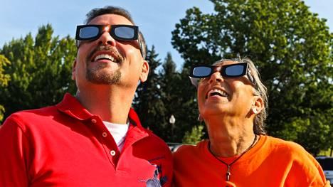 Aurinkosuojakalvolla varustetut erityislasit suojaavat pimennystä seuraavan silmiä.