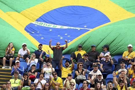 Brasilialaiset elävät katsomossa tunteella mukana.