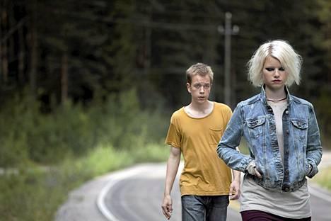 Roosa Söderholm ja Teppo Manner näyttelevät He ovat paenneet -elokuvan pääosia.