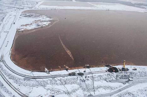 Talvivaaran kipsisakka-allas, jonka vasemmanpuolimmaisesta lohkosta vuoto löytyi. Altaan keskiosassa näkyvä pieni vene on vuotokohdan paikalla.
