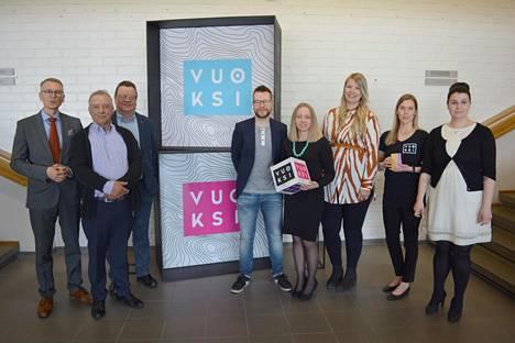 Uutta ilmettä esittelivät ylpeinä Suupohjan koulutuskuntayhtymästä Ari Loppi (vasemmalla), Antti Ala-Kokko, Raimo Yli-Hannula, Satu Tammi (toinen oikealta) ja Pirkko-Liisa Kopakkala. Keskellä mainostoimisto BSTR:n Anssi Hanhimäki, Satu Haavisto ja Viivi Mäkiranta.