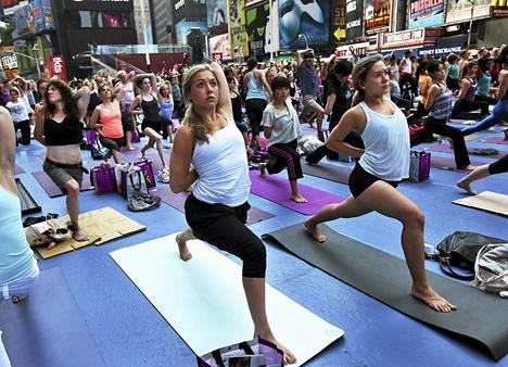 Kesäpäivänseisauksen aikaan järjestettiin joogatapahtuma New Yorkin Times Squarella.