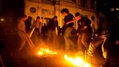 Mielenosoitus Porto Alegren hallintorakennuksen edessä torstaina.