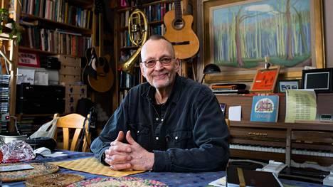 Risto Vuorimies on tehnyt pitkän uran kuubalaisen musiikin ja valokuvauksen parissa. Myös hänen kotitalonsa Sipoossa on täynnä Kuuba-aiheista tavaraa.