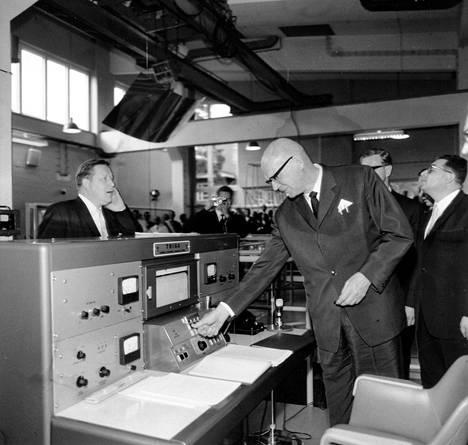 Presidentti Urho Kekkonen käynnisti Otaniemen ydinreaktorin vuonna 1962. HS kertoi, että Kekkonen painoi nappia kello 13.44.