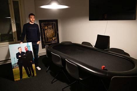 Pauli Äyräs sai joululahjaksi taulun kuvamanipulaatiosta, jossa hän poseeraa ihailemansa Elon Muskin kanssa. Nettipokeria ammatikseen pelaavan Äyrään omaisuudesta suurin osa on sijoitettu Teslan osakkeeseen.