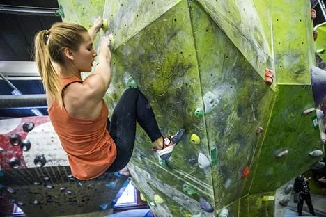 Vivi Staffans on boulderoinnut kolmisen vuotta. Hänelle uusi kiipeilyreitti on aina haaste.