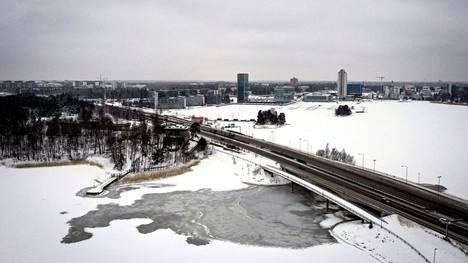 Karhusaari (vas.), länsiväylä ja taustalla Keilaniemi 20. tammikuuta.
