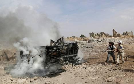 Idlibin maaseudulla sijaitsevassa Ahrar al-Sham -islamistiryhmän tukikohdassa sammutettiin torstaina sotilasajoneuvoa ilmaiskun jäljiltä. Paikallisten mukaan Venäjä teki iskun.