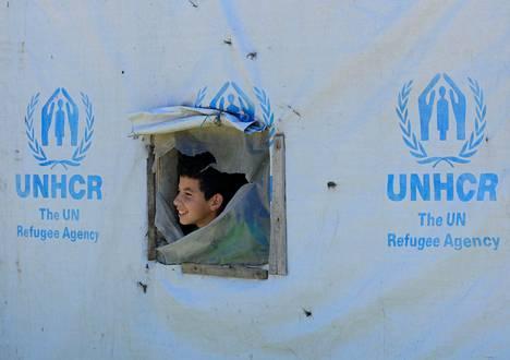 Syyrialainen poika katsoi teltan ikkunasta pakolaisleirillä Libanonin Bekaan laaksossa.