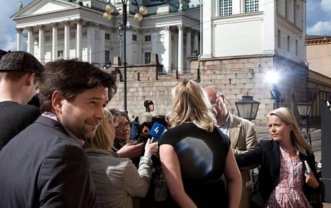 Jutta Urpilainen (sd) (kuvassa selin) piti tiedotustilaisuuden valtioneuvoston edessä euroalueen valtiovarainministereiden puhelinkokouksen jälkeen. Vasemmalla Urpilaisen erityisavustaja Matti Hirvola.