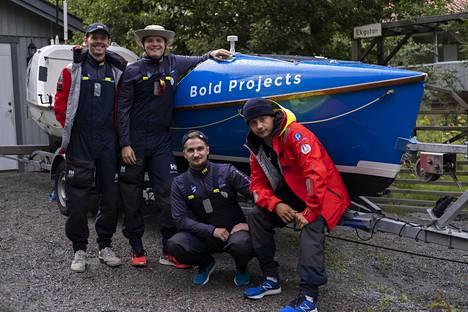 Tukholmasta Helsinkiin soutava nelikko poseeraa ruotsalaiselta seikkailijalta vuokratun veneen kanssa. Kuvassa vasemmalta Eddie Myrskog, Linus Lehto, Valtteri Ikäheimo ja Bernhard Forstén.