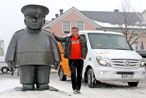 Tuup-halpataksin toimitusjohtaja Pekka Möttö poseeraa Toripolliisi-patsaan vieressä Oulussa.