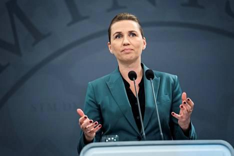 Tanskan pääministeri Mette Frederiksen puhui koronaepidemiasta tiedotustilaisuudessaan maanantaina.
