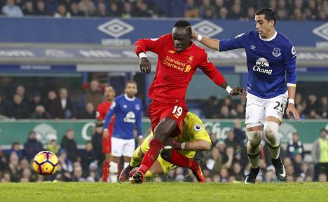 Liverpoolin Sadio Mane (vas.) teki voittomaalin 94. minuutilla derbyottelussa Evertonia vastaan.