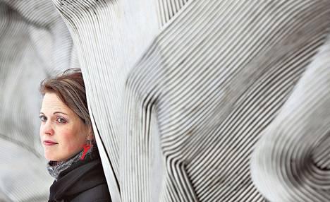 Sosiaalityöntekijä Anu Pärssinen on keskittynyt lastensuojeluun. Hän on saanut kerran tappouhkauksen, ja hänen autoaan on kolhittu monesti.