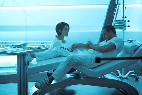 Tohtori Sofia Rikkin (Marion Cotillard) etsii Eedenin omenaa Car Lynchin (Michael Fassbender) dna-muistojen avulla.