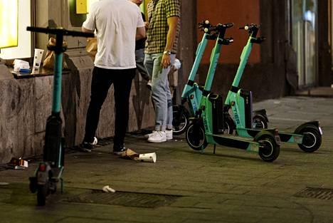 Sähköpotkulautoja myöhään illalla Helsingissä 5. heinäkuuta 2021.