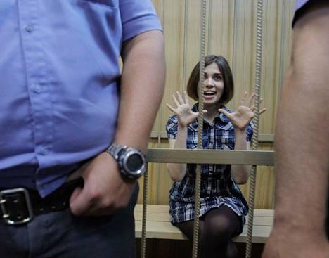 Pussy Riotin jäsen Nadežda Tolokonnikova oli kaltereiden takana oikeussalissa Moskovassa viikko sitten, jolloin ryhmän pidätystä jatkettiin.
