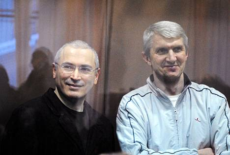 Mihail Hodorkovski (vas.) ja Platon Lebedev kuvattiin Moskovassa 2010.