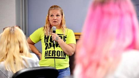 Erin Dillon puhuu  addiktiostaan Huume riippuvaisten perheet  -järjestön FOA:n  kokouksessa Daytonissa.
