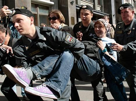 Poliisit pidättivät oppositioaktivisteja Moskovan keskustassa torstaina.